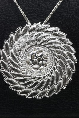 Zilveren Mooye - Flowerswing ketting hanger