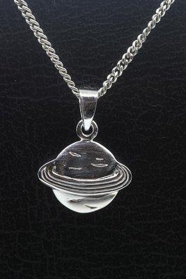 Zilveren Planeet met ring ketting hanger
