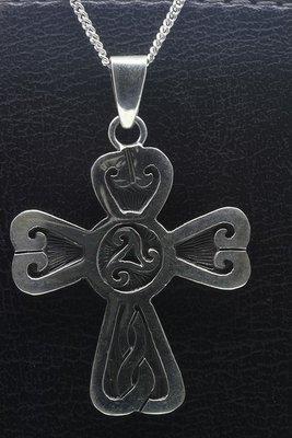 Zilveren Keltisch kruis met triskel ketting hanger