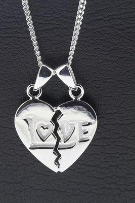 Zilveren Breekhart met tekst LOVE ketting hanger